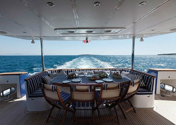 johnson_87_johnson-87-02_gallerylarge.jpg Yacht Image - 2